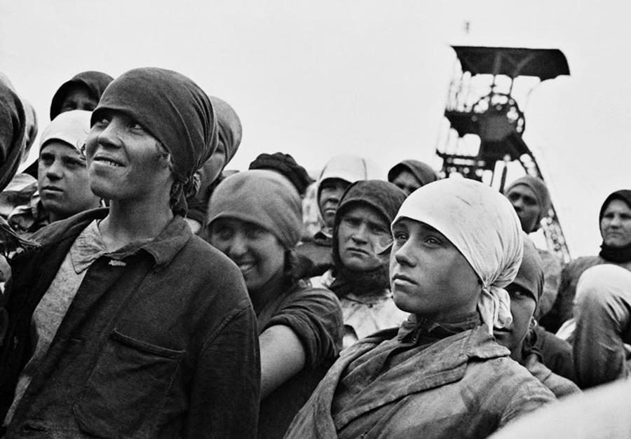 """""""Ao chamado do Komsomol, vamos à mina!"""". Trabalhadoras da mina """"Gorlovka""""."""