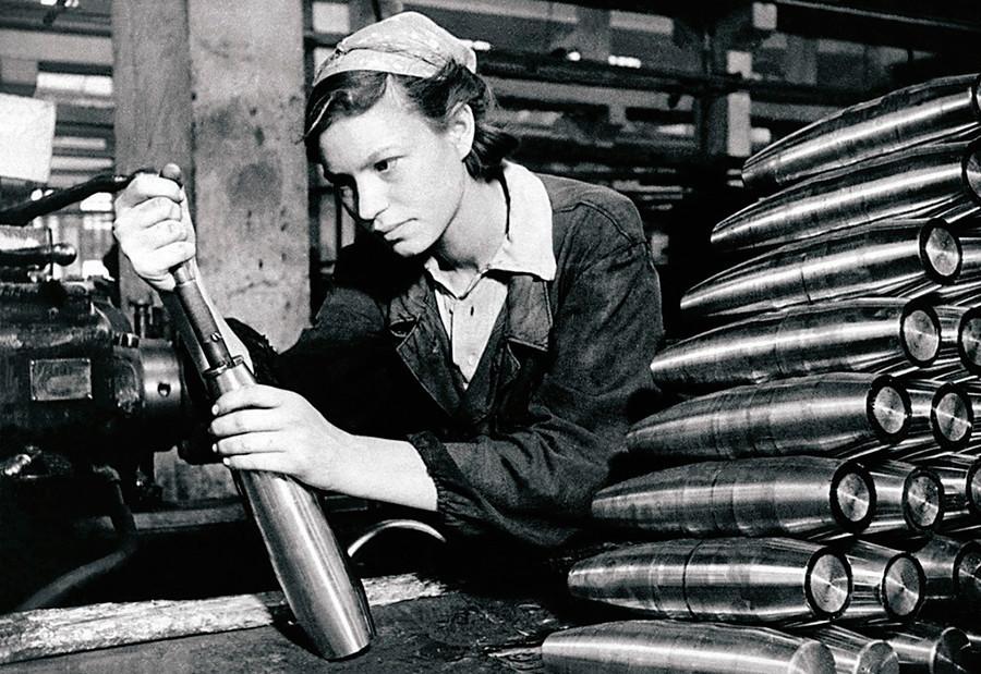 A trabalhadora-modelo A.M. Mariachina na fábrica de armamentos.