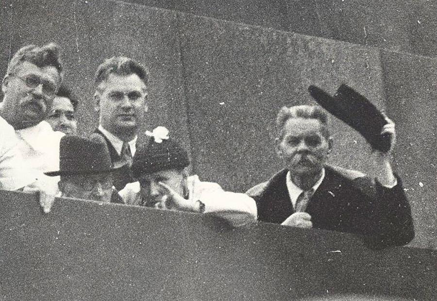 ロマン・ロラン(左から2人目、帽子をかぶっている人)とマクシム・ゴーリキー(右)