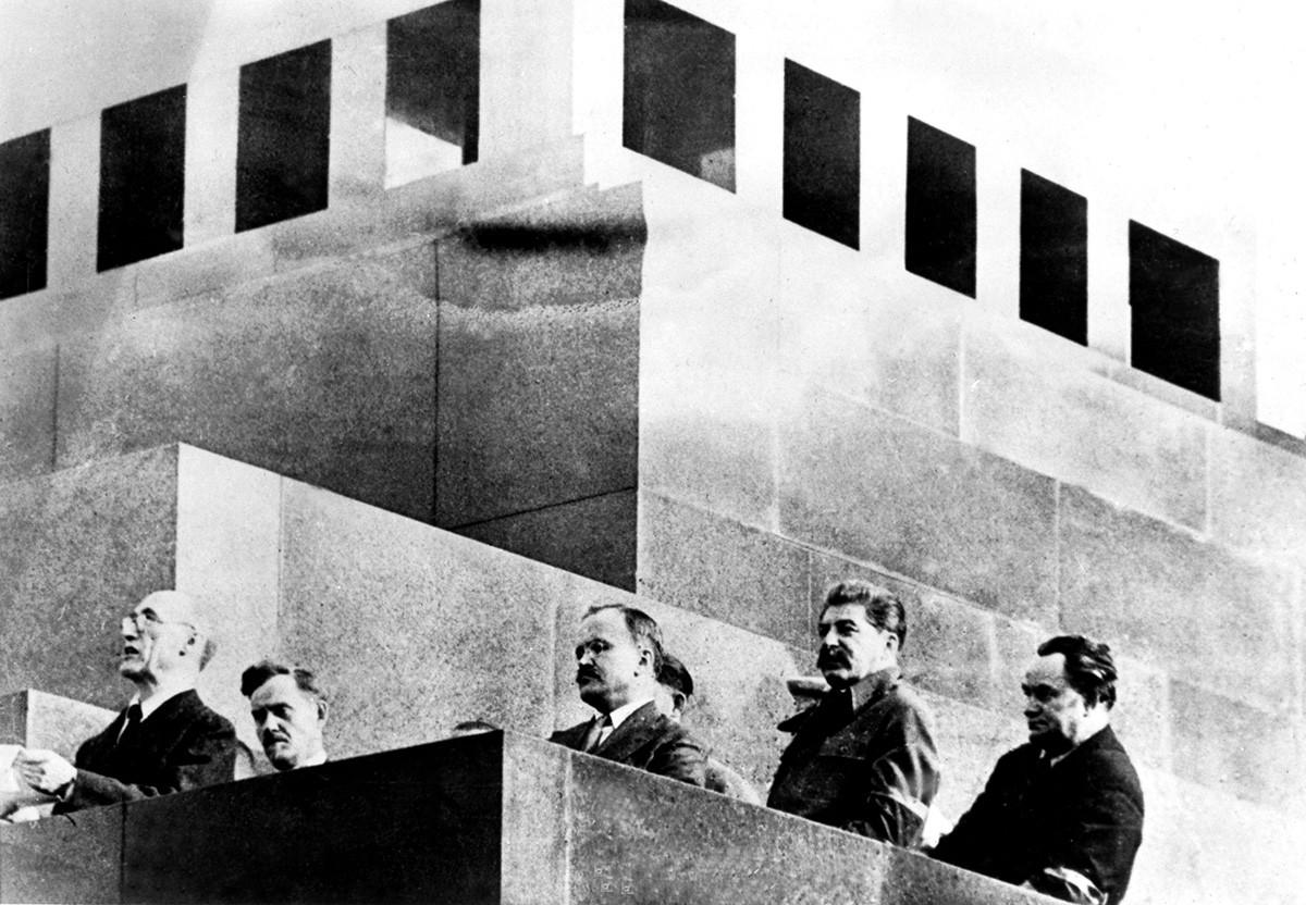 演説を唱えているアンドレ・ジイド(左)とヨシフ・スターリン(右から2人目)