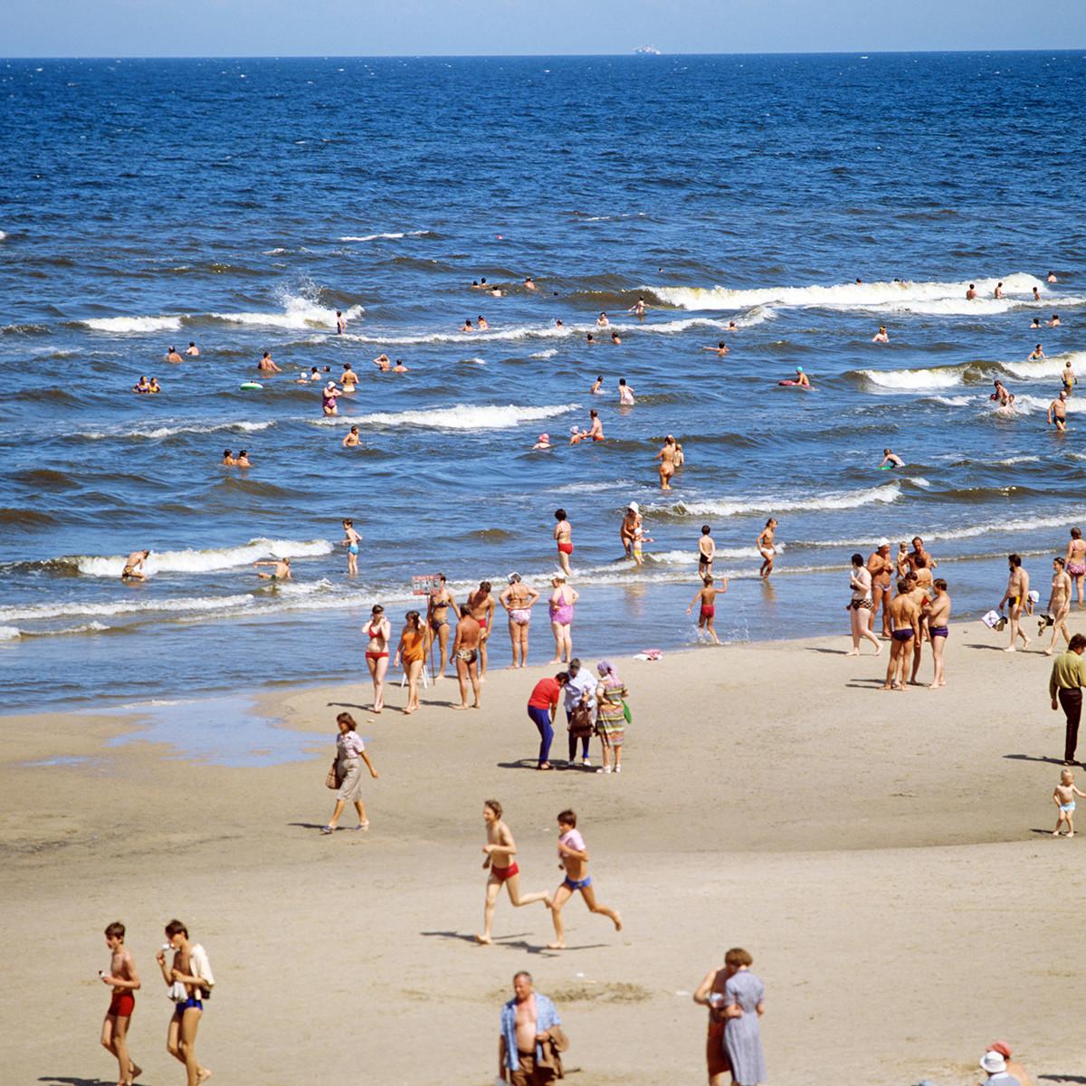 Отдыхающие на городском пляже Юрмалы, 1984 г.