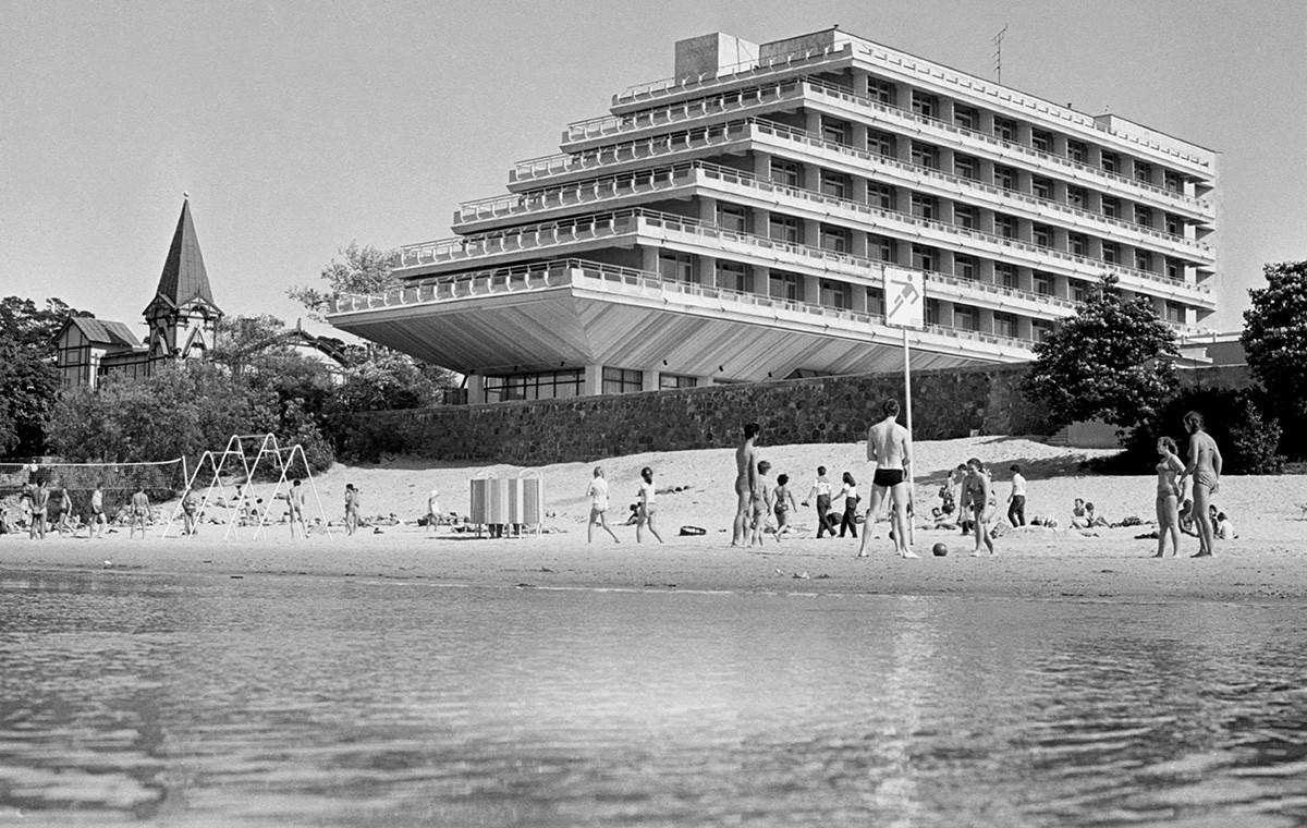 Отдыхающие на пляже санатория «Рижское взморье» в Юрмале, 1983 г.