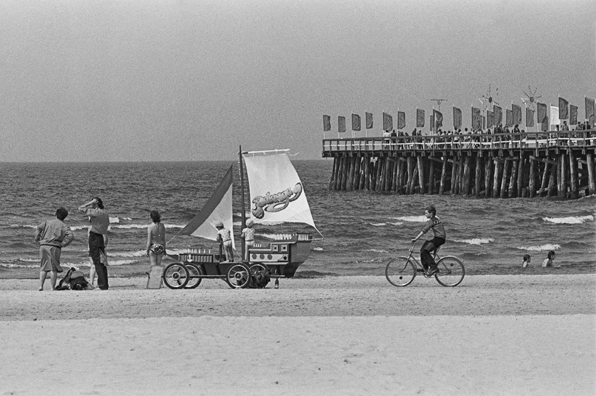 Горожане во время отдыха на берегу моря в Паланге, 1986 г.