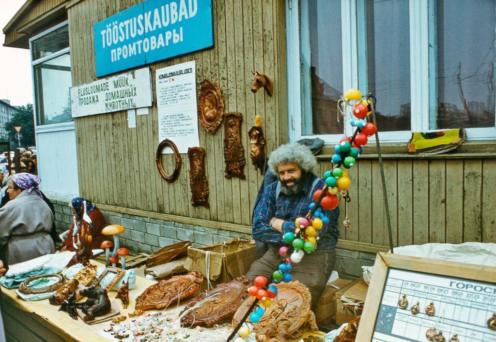 Продавец разной всячины в Таллине, 1987.