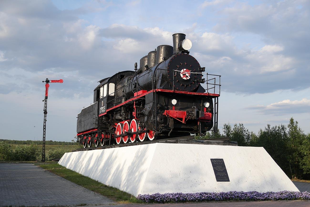 """Салехард. Споменик """"501. градилиште"""" (парна локомотива Эм бр. 711-26, која је коришћена у изградњи Трансполарне магистралне пруге)."""