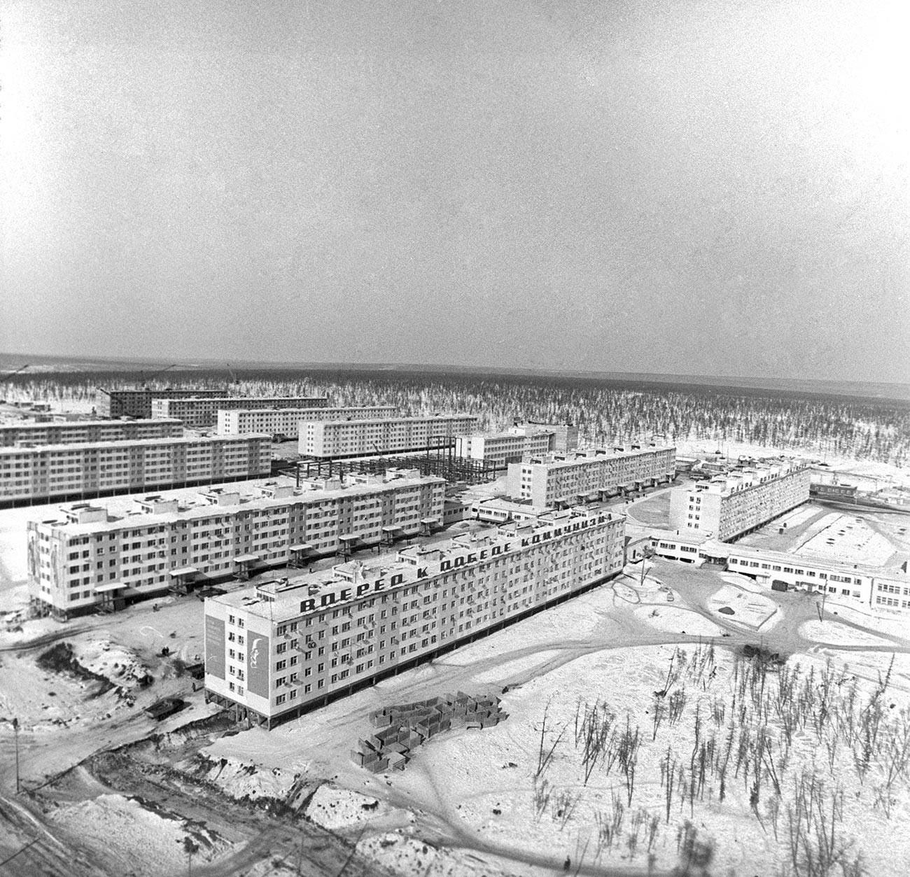"""Стамбене зграде у којима живе радници рудника дијаманата """"Удачни""""."""