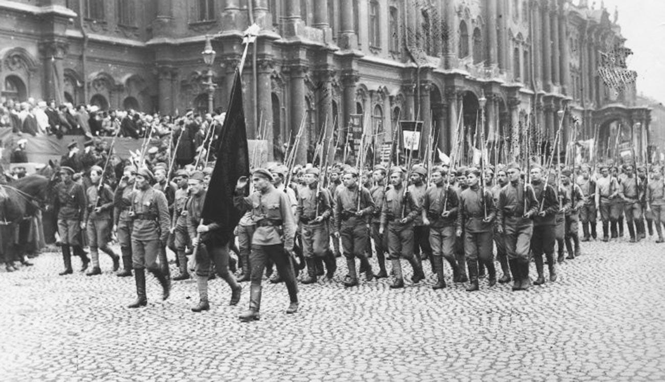 Des soldats soviétiques avant leur départ pour le front de l'Ouest