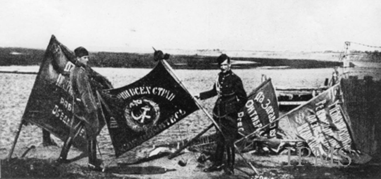 Des soldats polonais arborant des drapeaux de bataille soviétiques capturés après la bataille de Varsovie