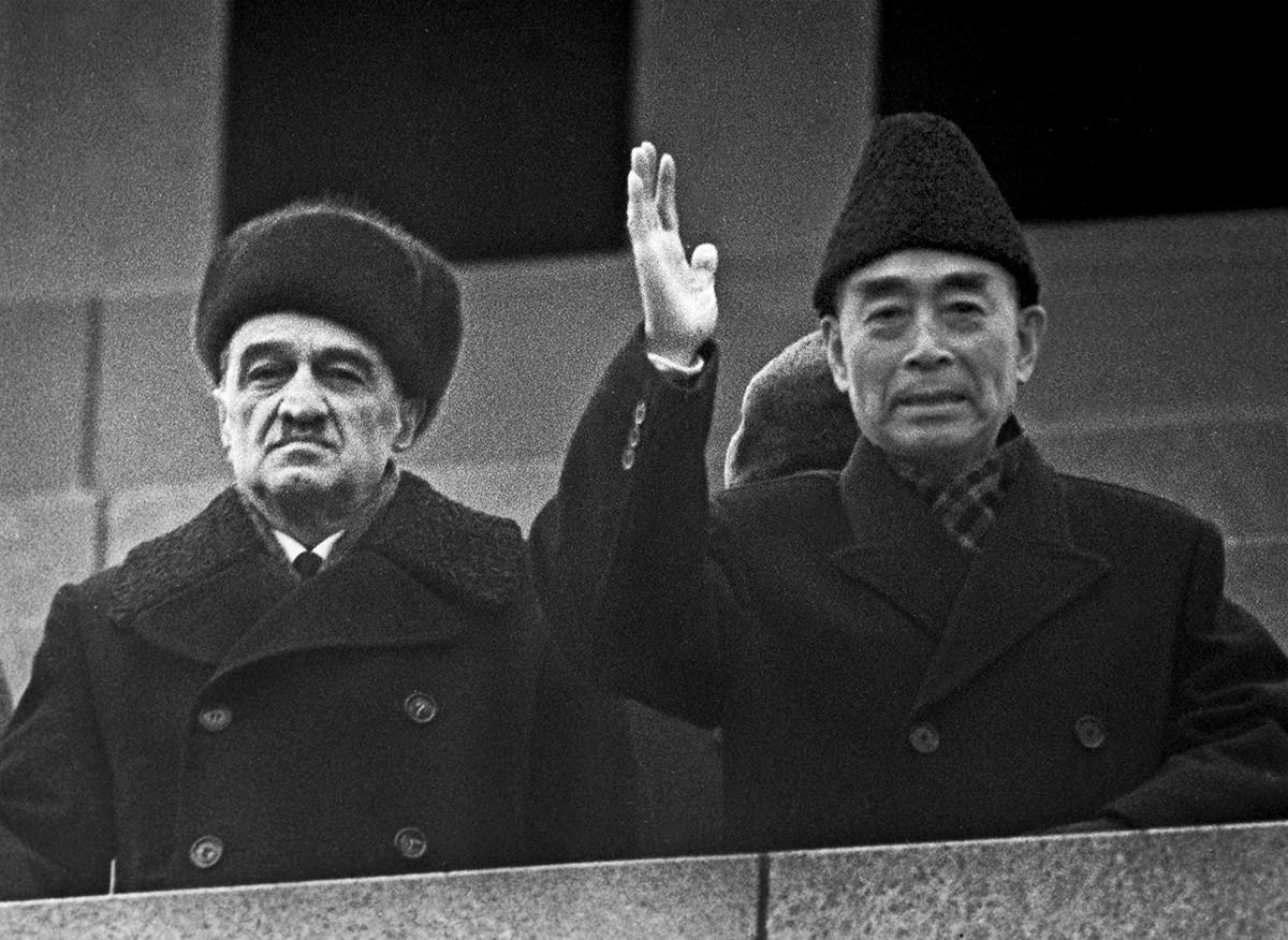 Zhou Enlai, à direita