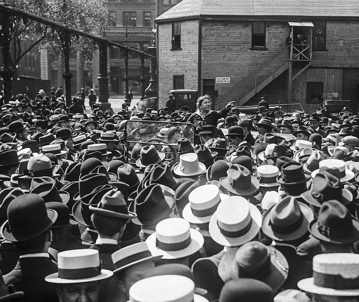 Emma Goldman de pé em carro falando sobre controle de natalidade, no Union Square Park, em 1916