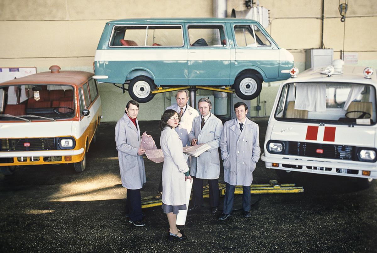 Un groupe de spécialiste-constructeurs ayant participé à la production de voitures pour les Jeux olympiques de 1980 à Moscou. Usine automobile de Riga, Lettonie