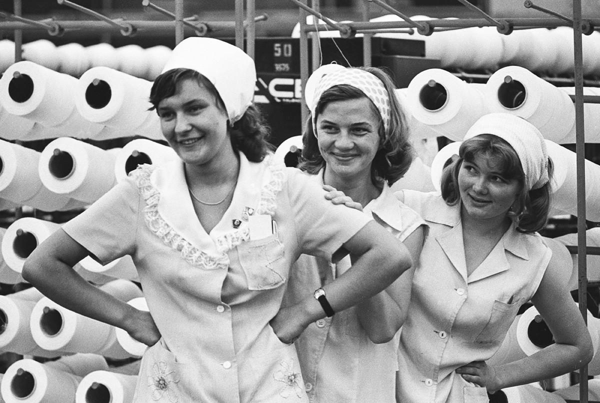 Des travailleuses dans une fabrique textile de Kaunas, Lituanie, 1977