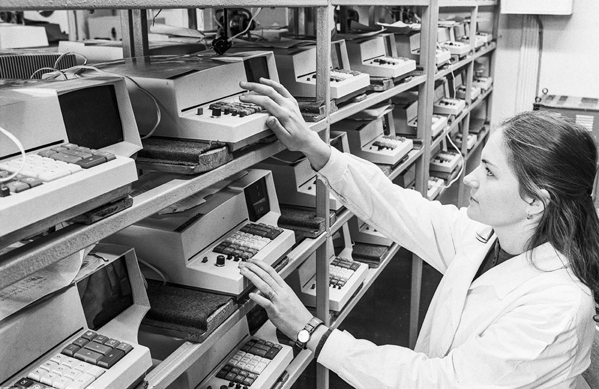 Une inspectrice de qualité vérifie des articles finis à Vilnius, en 1978
