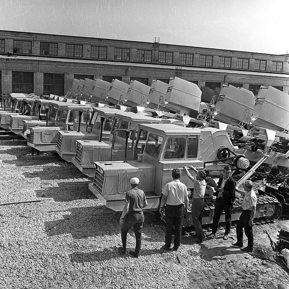 Фабрика за производњу багера у Талину. Багери за копање ровова и постављање дренаже на полигону готових производа