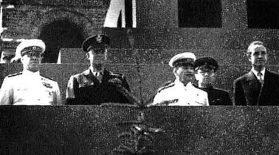 Dwight Eisenhower (deuxième à gauche) à côté de Staline (troisième à gauche)