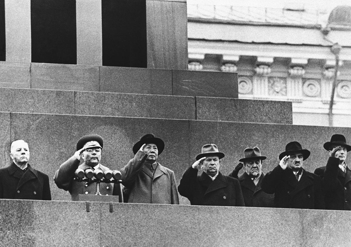 Mao Zedong, troisième à gauche, juste à côté de Khrouchtchev.