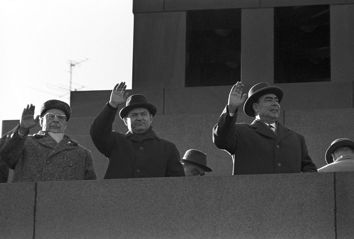 Walter Ulbricht (premier à gauche)