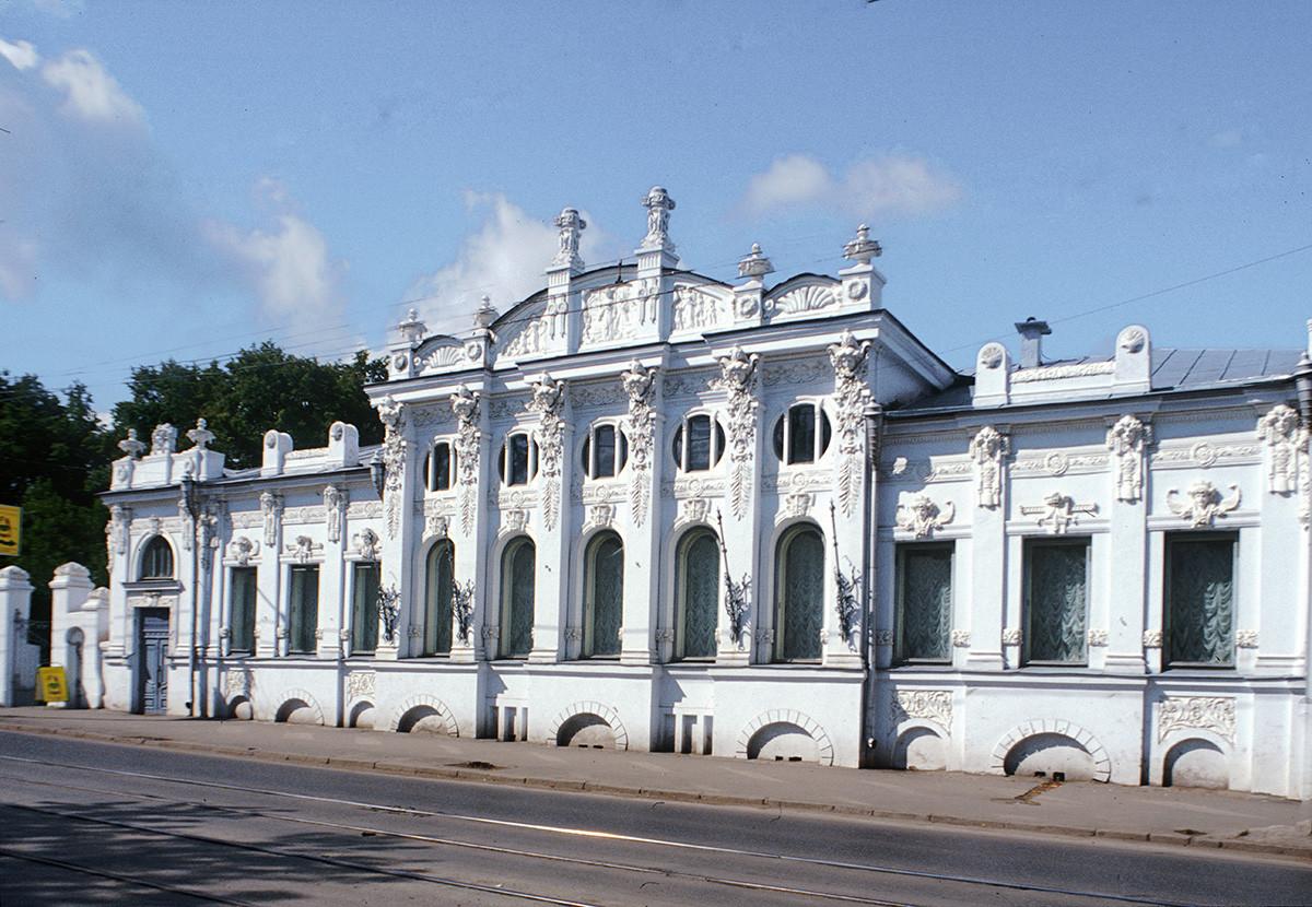 Maison de Sergueï Gribouchine. Construite au tournant du XXe siècle par Alexandre Tourtchassov. Elle est mentionnée dans Docteur Jivago de Boris Pasternak sous le nom de « maison avec les statues ».
