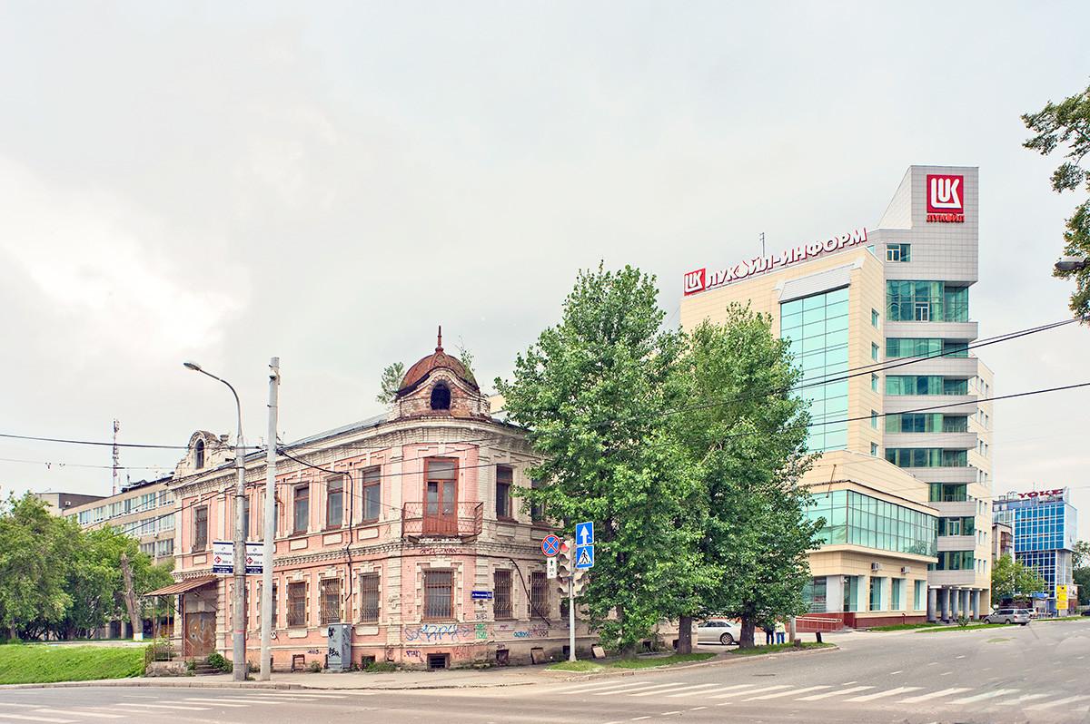 Perm, à la fois ancienne et récente. Maison de la fin du XIXe siècle, 83, rue Monastyrskaïa. À droite: bâtiment de l'entreprise Lukoil.