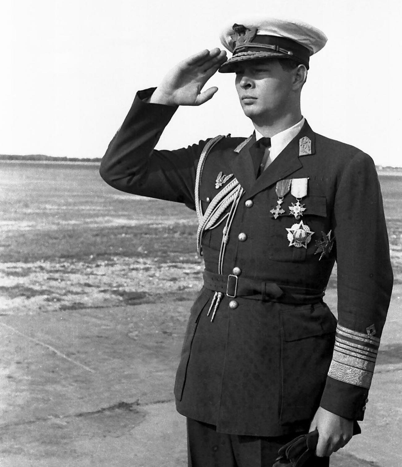 勝利勲章をかけているルーマニア国王ミハイ1世