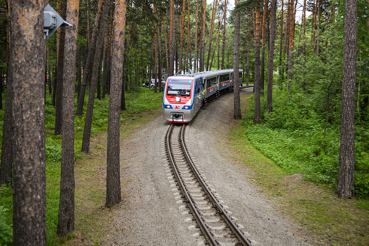 Vlak Otroške železnice v Novosibirsku na dan otvoritve potniškega prometa.