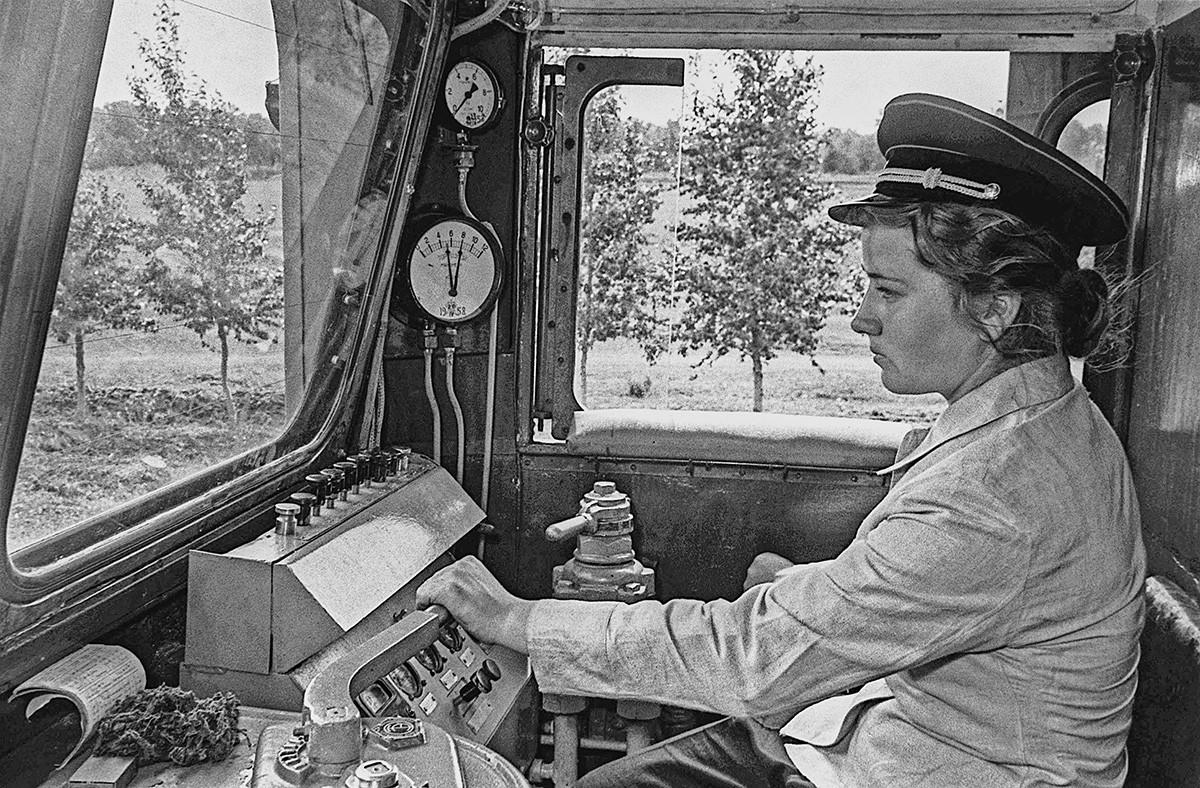 Učenka 10. razreda - strojevodja dizelske lokomotive na Mali orenburški otroški železnici (ki so jo odprli v Orenburgu 26. julija 1953)