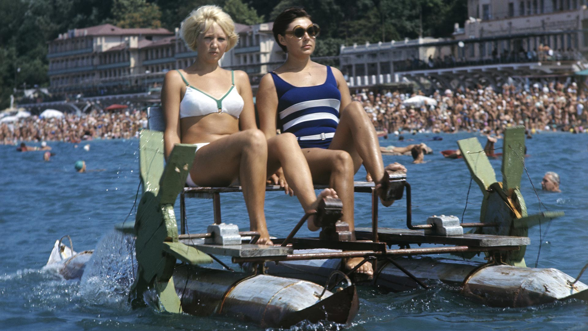 Ženske na katamaranu, Soči, Črno morje