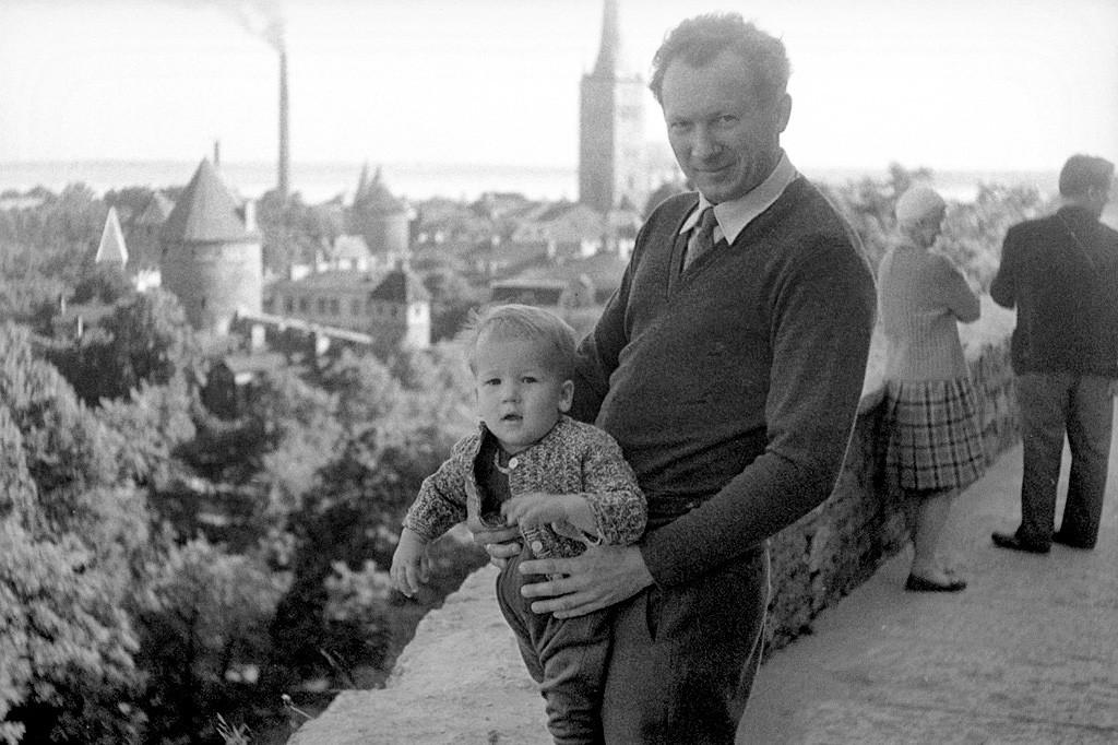Oče in sin na rzagledni ploščadi v Talinu.