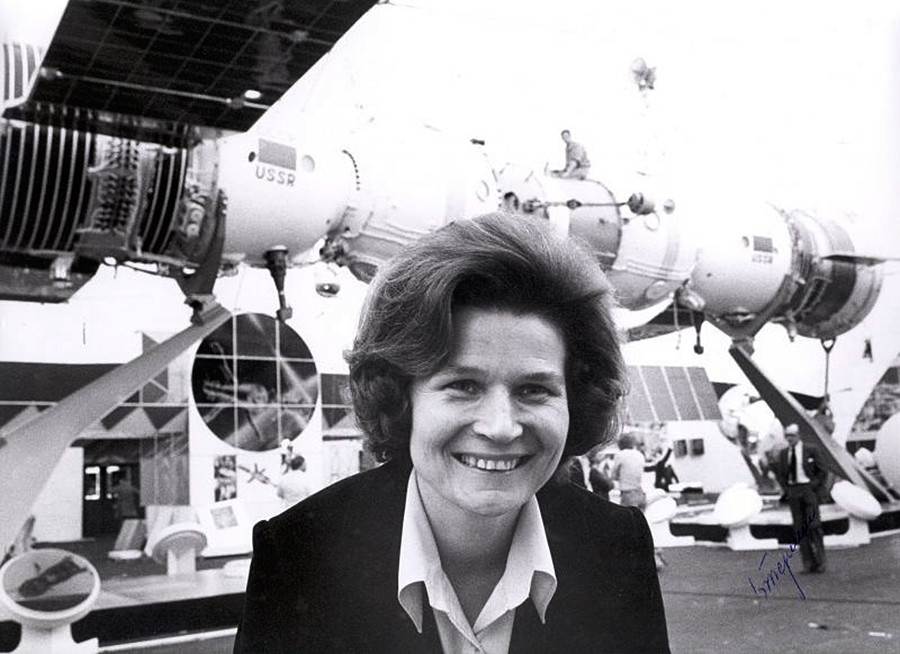 La cosmonauta Valentina Tereshkova en una exposición de tecnología espacial soviética.