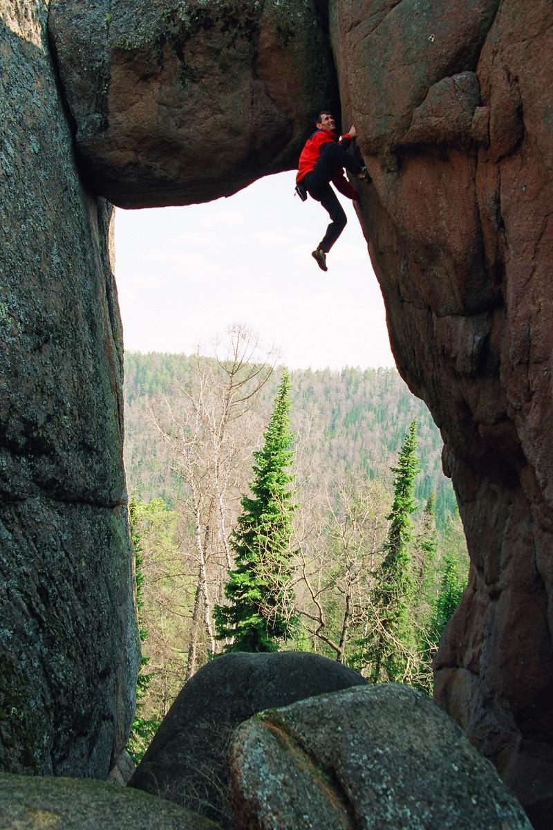 Un grimpeur lors du concours Evgueni Abalakov, se tenant annuellement au sein de la réserve naturelle de Stolby, aux abords de Krasnoïarsk (Sibérie)