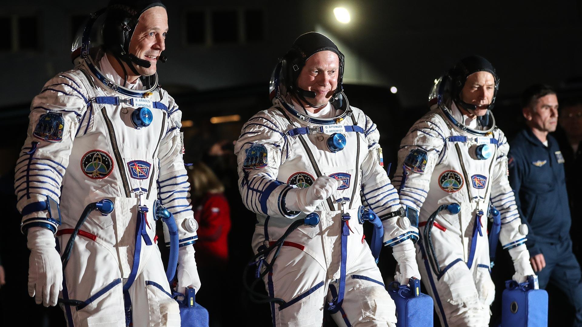 L'expédition 55/56 de l'équipage permanent de la Station spatiale internationale. L'astronaute américain Richard R. Arnold, le cosmonaute Oleg Artemyev et l'astronaute américain Andrew Feustel (de gauche à droite).