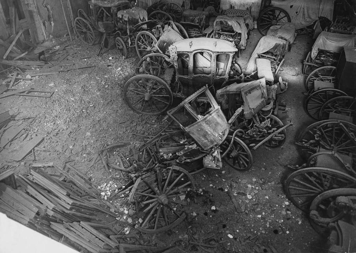 Alcune carrozze nei sotterranei del museo Ermitage distrutte da un bombardamento