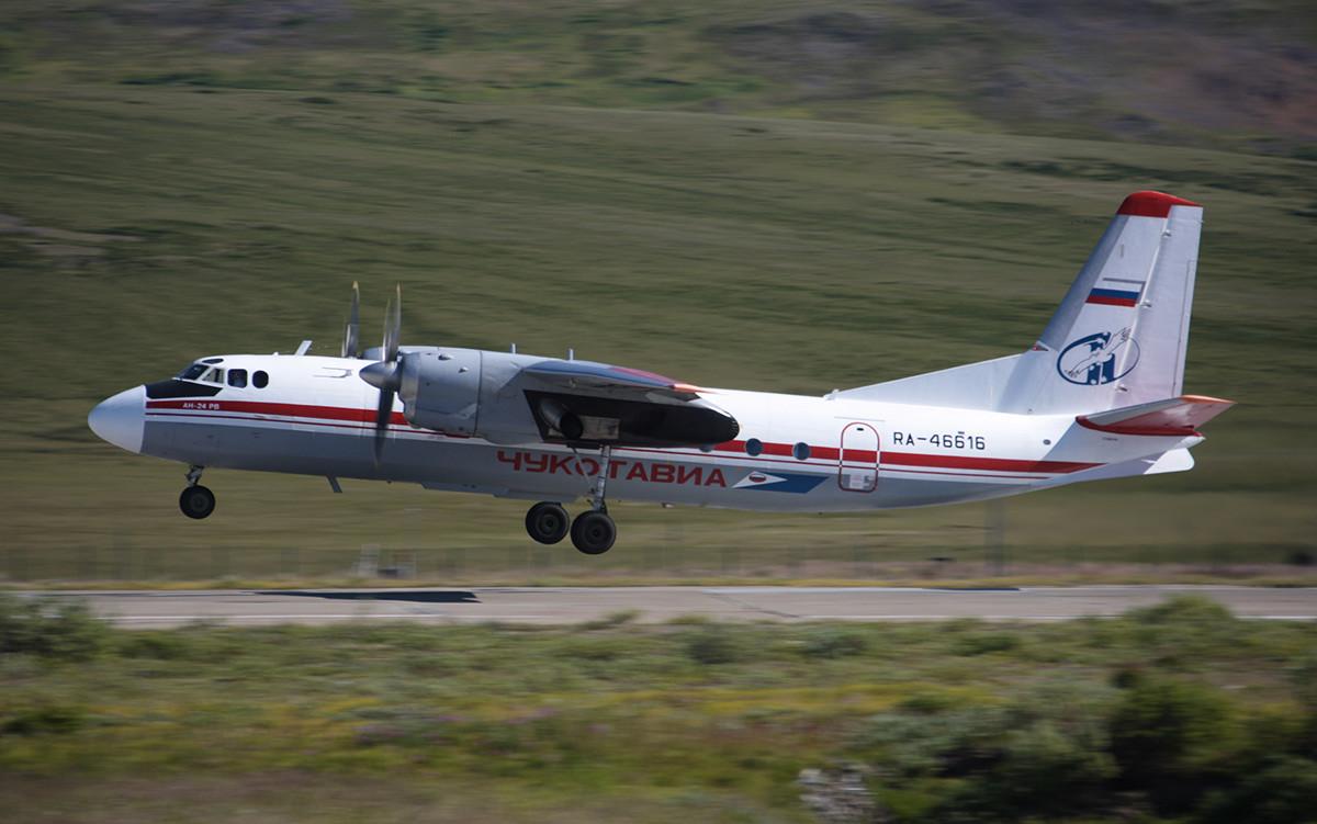 Pesawat An-24 RV milik maskapai Chukotavia bersiap untuk mendarat.