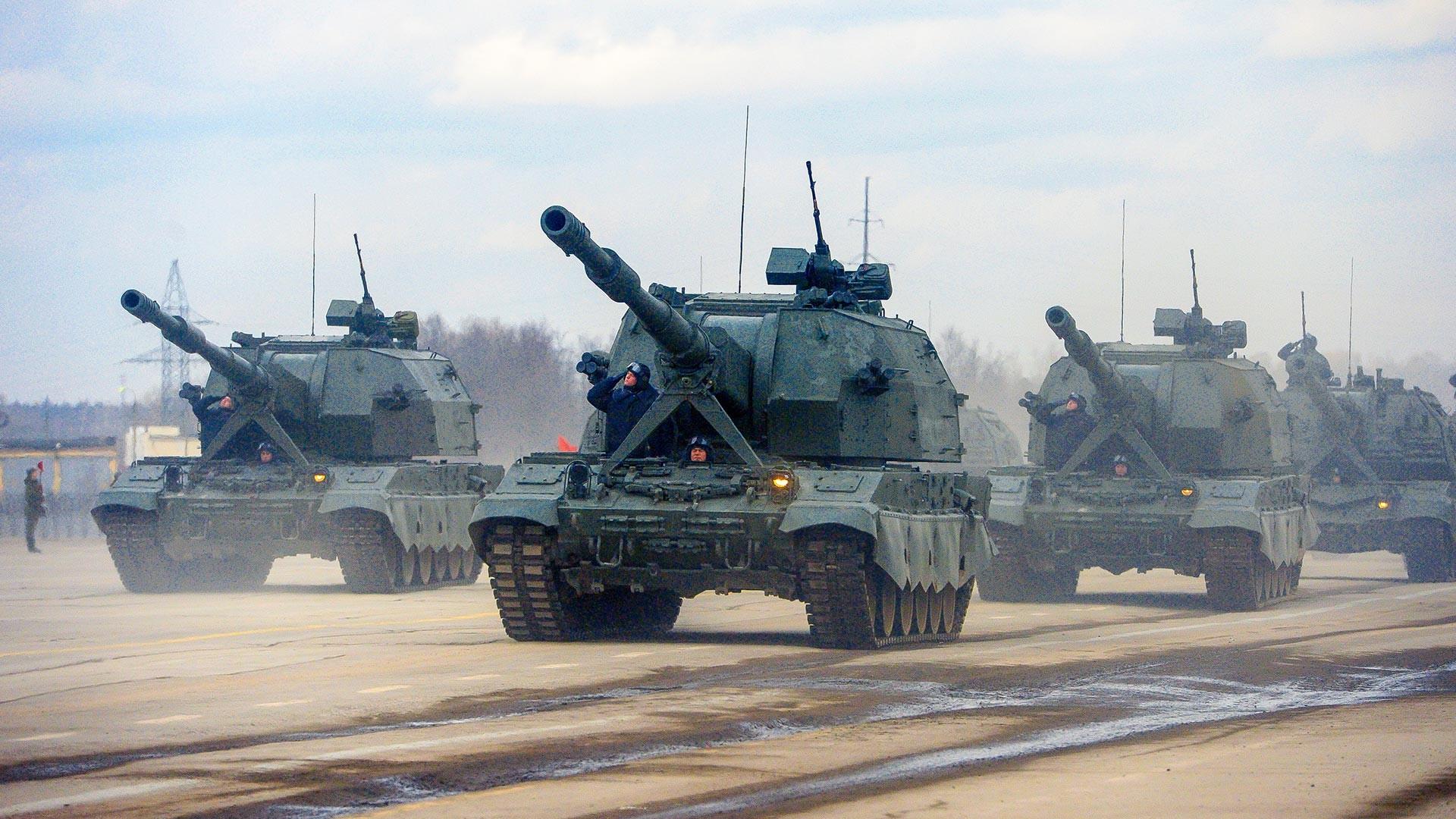 Samohodna havbica Koalicija-SV mehanizirane kolone Moskovske garnizije med vajami za Parado zmage na Rdečem trgu leta 2017