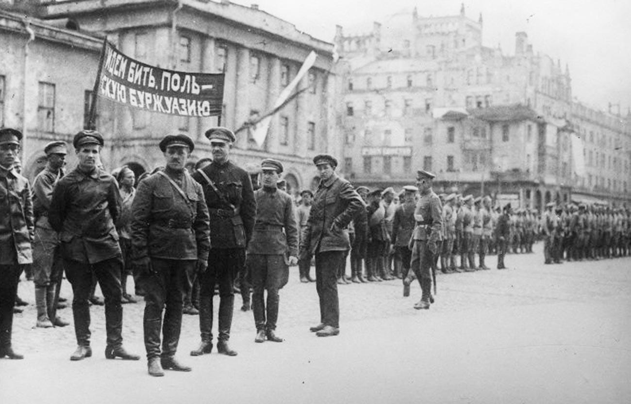 Transparent: »Gremo tepst poljsko buržoazijo.« Vojaki Rdeče armade pred odhodom na zahodno fronto.