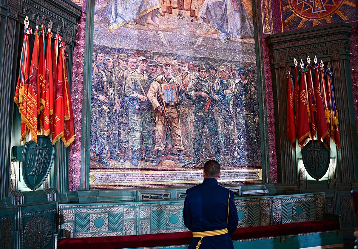 Војник испред паноа са мозаиком у главном храму Оружаних снага РФ у парку Патриот у Московској области.