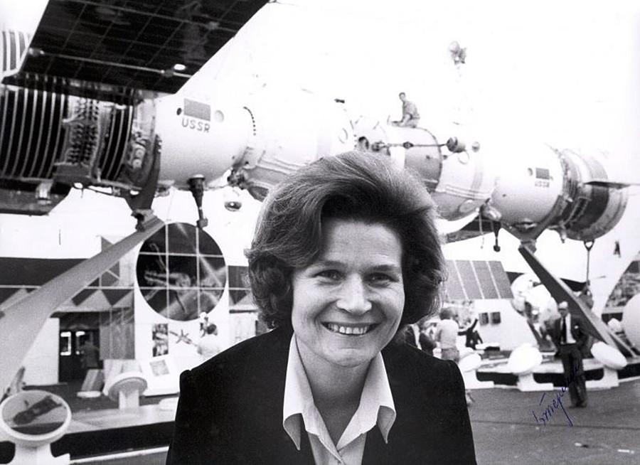 Valentina Tereškova na razstavi sovjetske vesoljske tehnologije