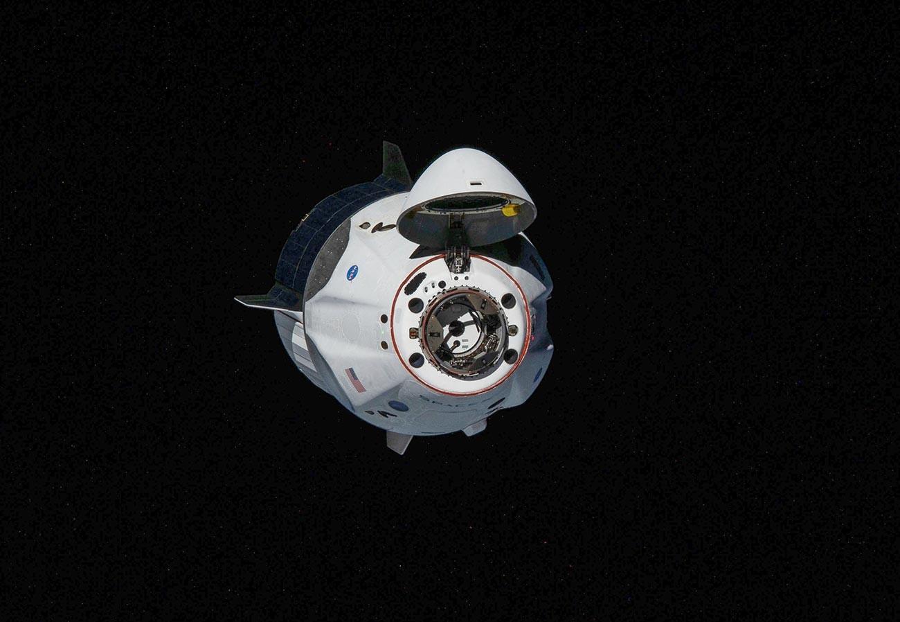 Pesawat ruang angkasa Crew Dragon milik SpaceX  saat  mendekati Stasiun Luar Angkasa Internasional (ISS) pada 31 Mei 2020.