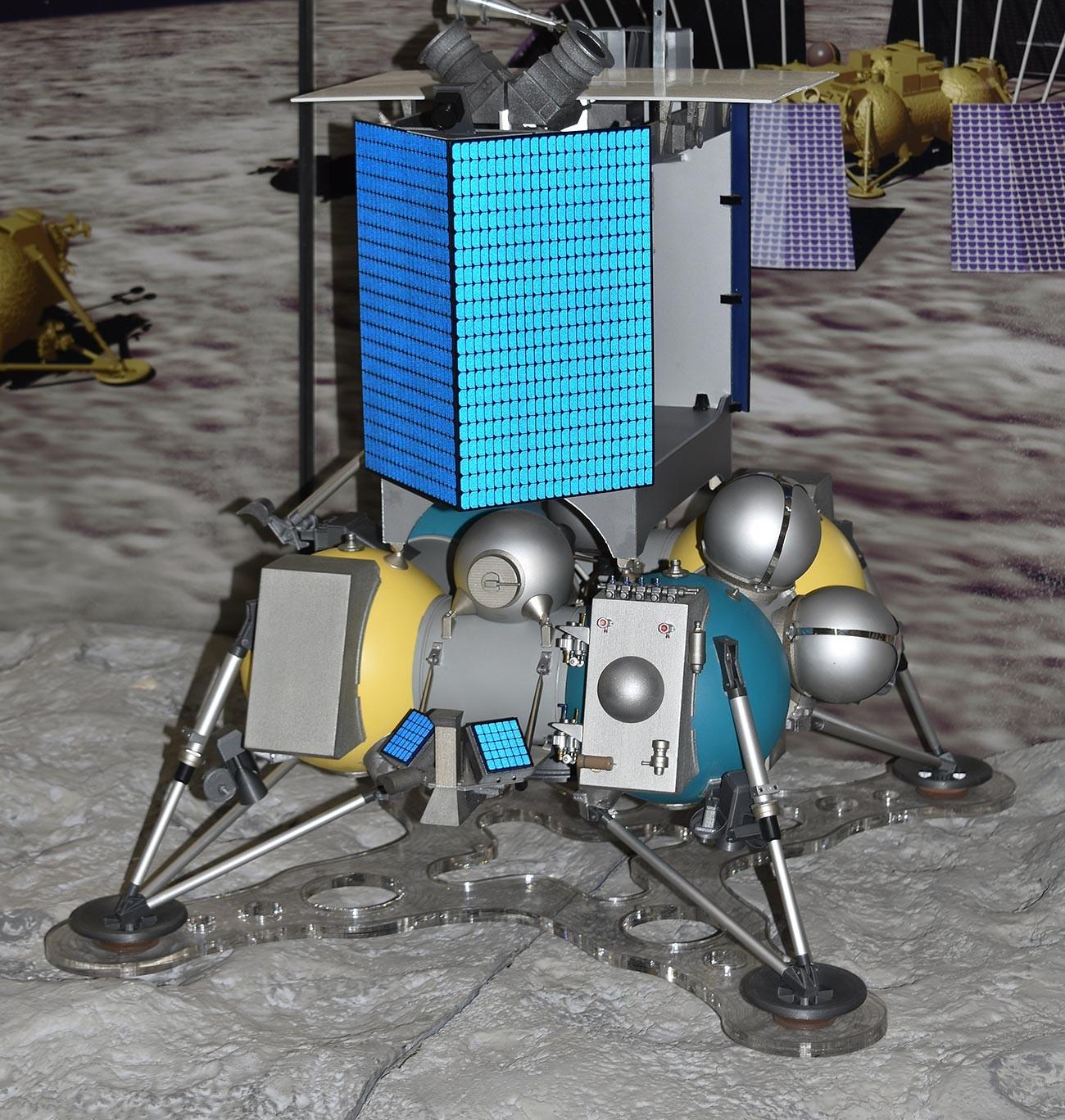 Wahana antariksa tak berawak Rusia 'Luna 25', saat dipamerkan pada Paris Air Show 2015 , Paris, Prancis.