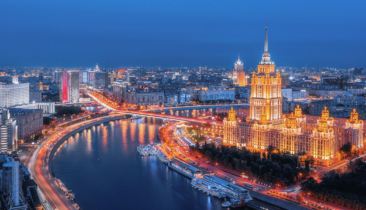 Moskow pada malam hari.