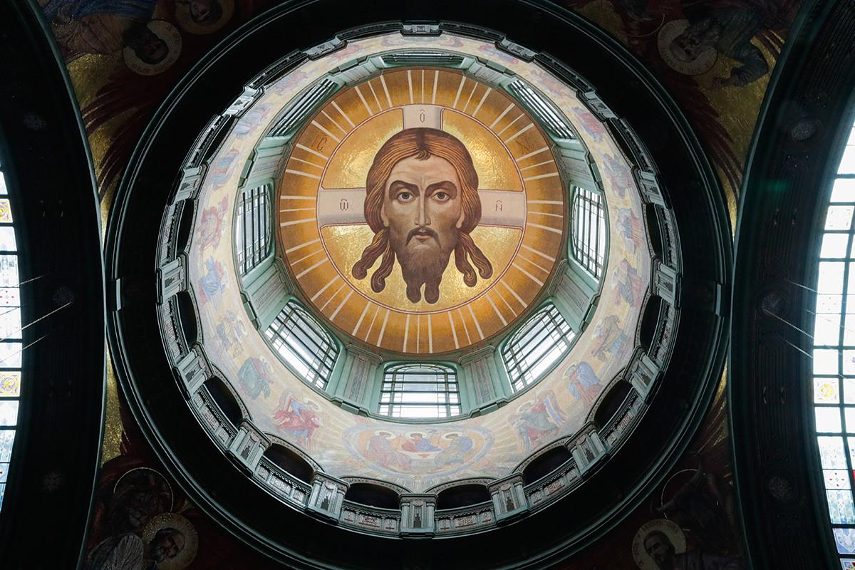 Podoba Svetega Mandiliona v osrednji kupoli - največji prikaz lika Jezusa Kristusa v mozaiku