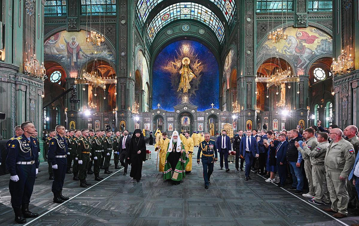 Московският патриарх Кирил (в центъра) и руският министър на отбраната Сергей Шойгу (вдясно) по време на церемонията по освещаването на основната църква на руските въоръжени сили в парка