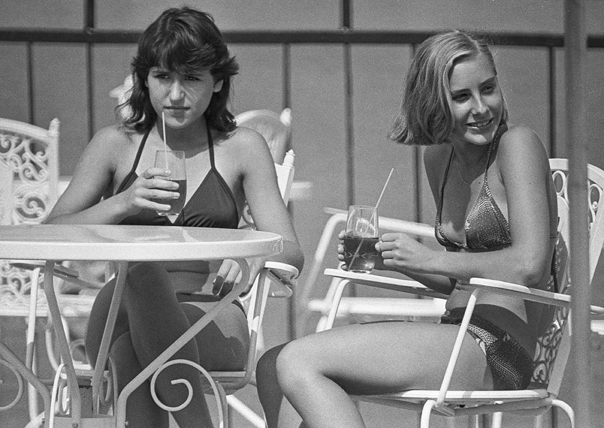Turistas socializando no café ao ar livre Juras Perle em Jūrmala, 1983