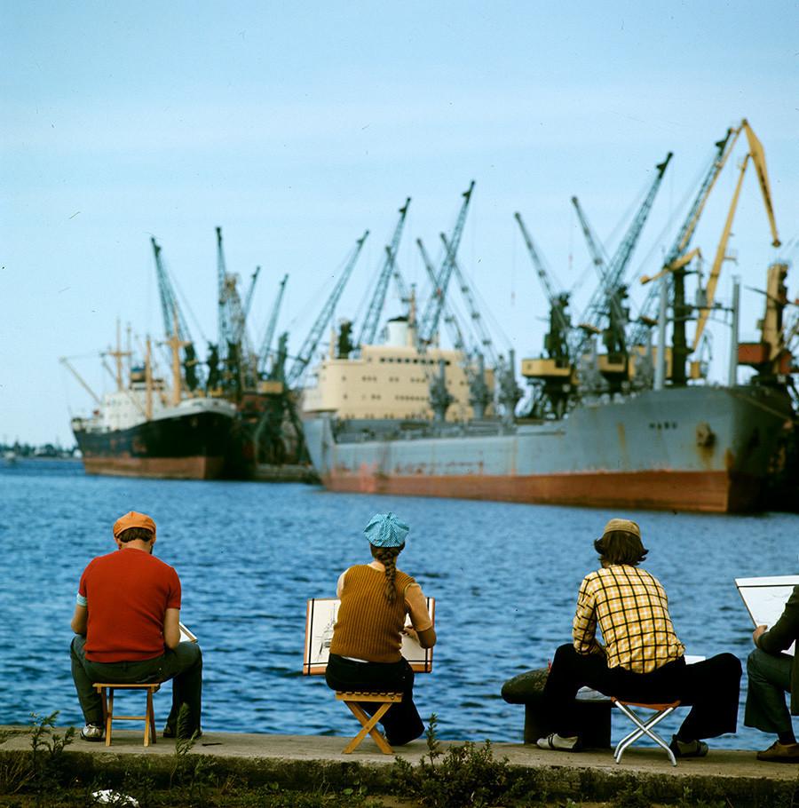 Artistas fazendo esboços no porto de Riga, 1976