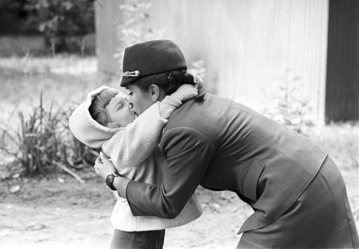 Inspetora de trânsito Era Kuznetsova com a filha, Riga, 1973