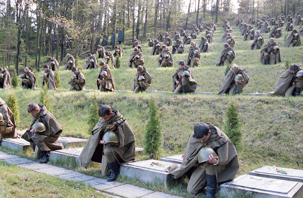 Tributo à memória de mortos em batalha no cemitério militar de Vilnius, 1987