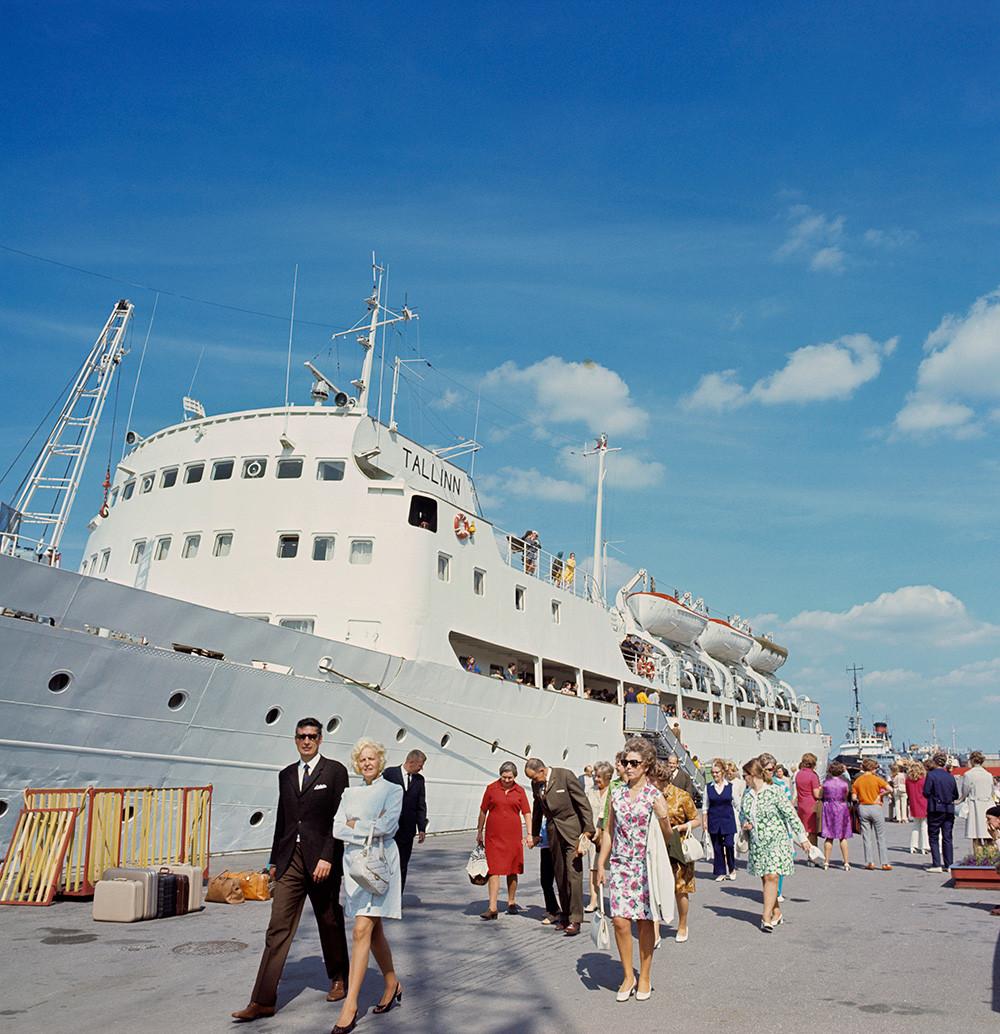 Muelles del puerto de pasajeros de Tallin, Estonia
