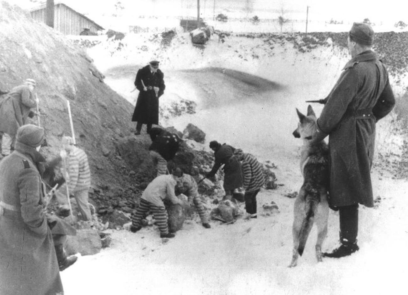 Советские военнопленные на работах.