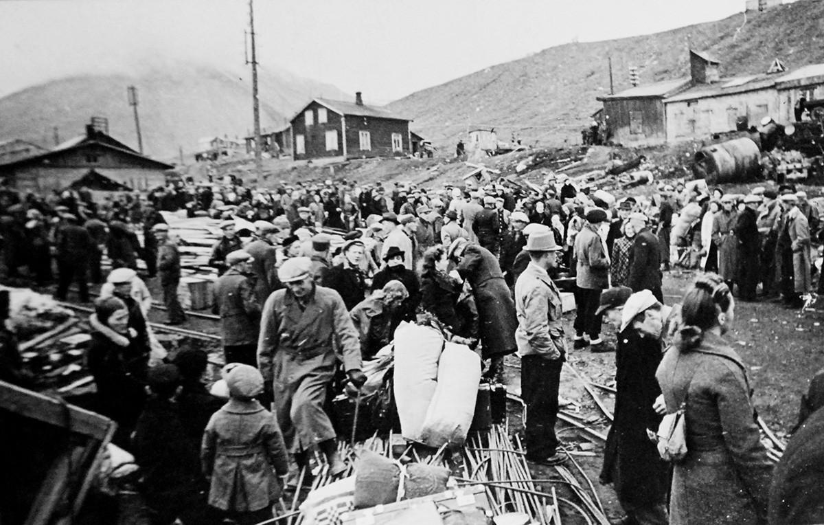Opération Gauntlet, août-septembre 1941. Les Norvégiens du Svalbard prêts à monter à bord d'un navire direction la Grande-Bretagne, après le débarquement canadien.