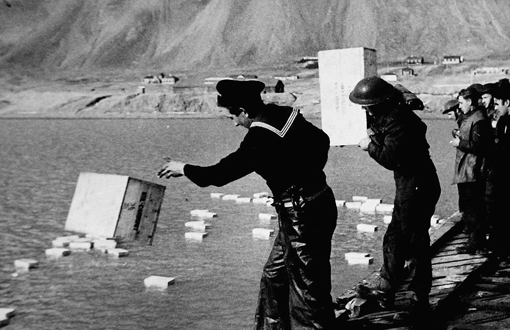 Ny-Ålesund, sur l'île du Spitzberg. Destruction d'explosifs miniers qui ne peuvent être emportés